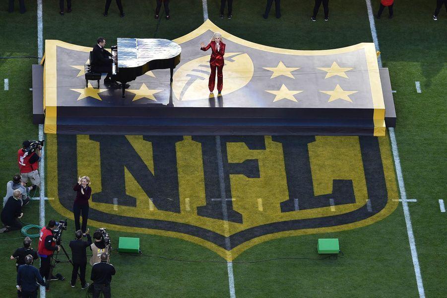 Lady Gaga sur scène lors de la finale du Super Bowl à Santa Clara, le 7 février 2016