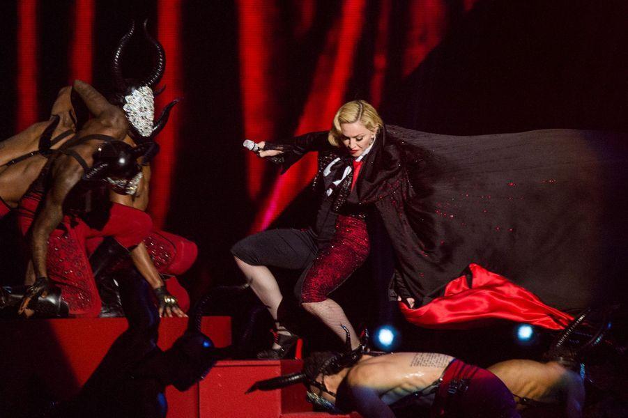 Madonna est tombée sur la scène des Brit Awards