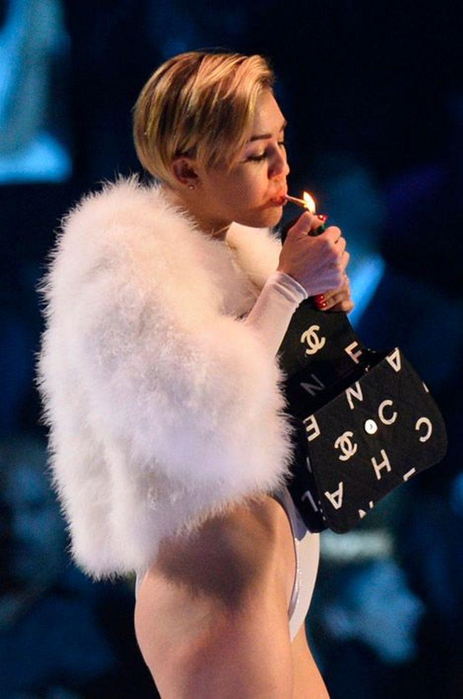 La starlette a réussi son coup médiatique. Lauréate d'un prix dans la catégorie meilleur clip de l'année lors des MTV Europe Awards, Miley Cyrus a fait encore parler d'elle pour ses tenus sexy... et avoir allumé un joint en plein concert, ce qui est légal à Amsterdam aux Pays-Bas.