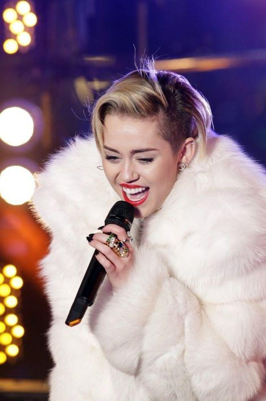 Le traditionnel réveillon de la Saint-Sylvestre de Times Square, à New York, a tenu toutes ses promesses. La chanteuse Miley Cyrus a donné un concert endiablé sous les confettis alors que les amoureux du monde entier s'étaient donnés rendez-vous pour célébrer le passage à la nouvelle année.