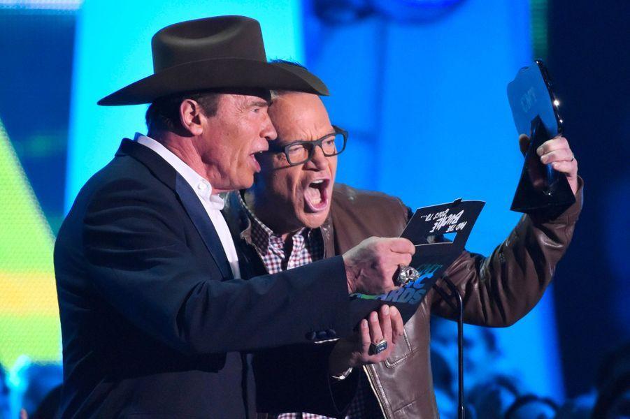 Arnold Schwarzenegger et Tom Arnold annonce son prix à Carrie Underwood