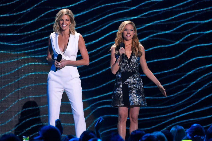 Les présentatrices de la soirée, Erin Andrews et Brittany Snow