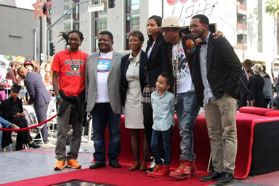 Pharrell Williams en famille à Los Angeles le 4 décembre 2014