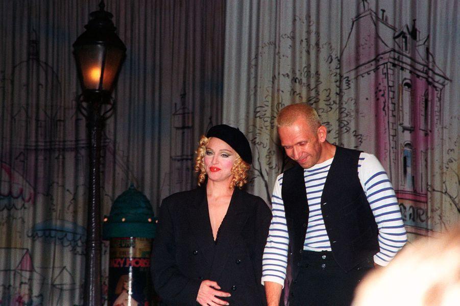 Madonna, avec Jean-Paul Gaultier qui lui a conçu son célèbre body-corset, le 24 septembre 1992
