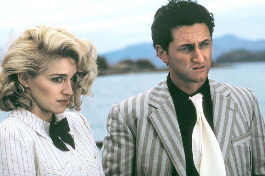 """Madonna avec Sean Penn, alors qu'ils sont jeunes mariés, dans le film """"Shangai Surprise"""", le 1er mai 1986"""