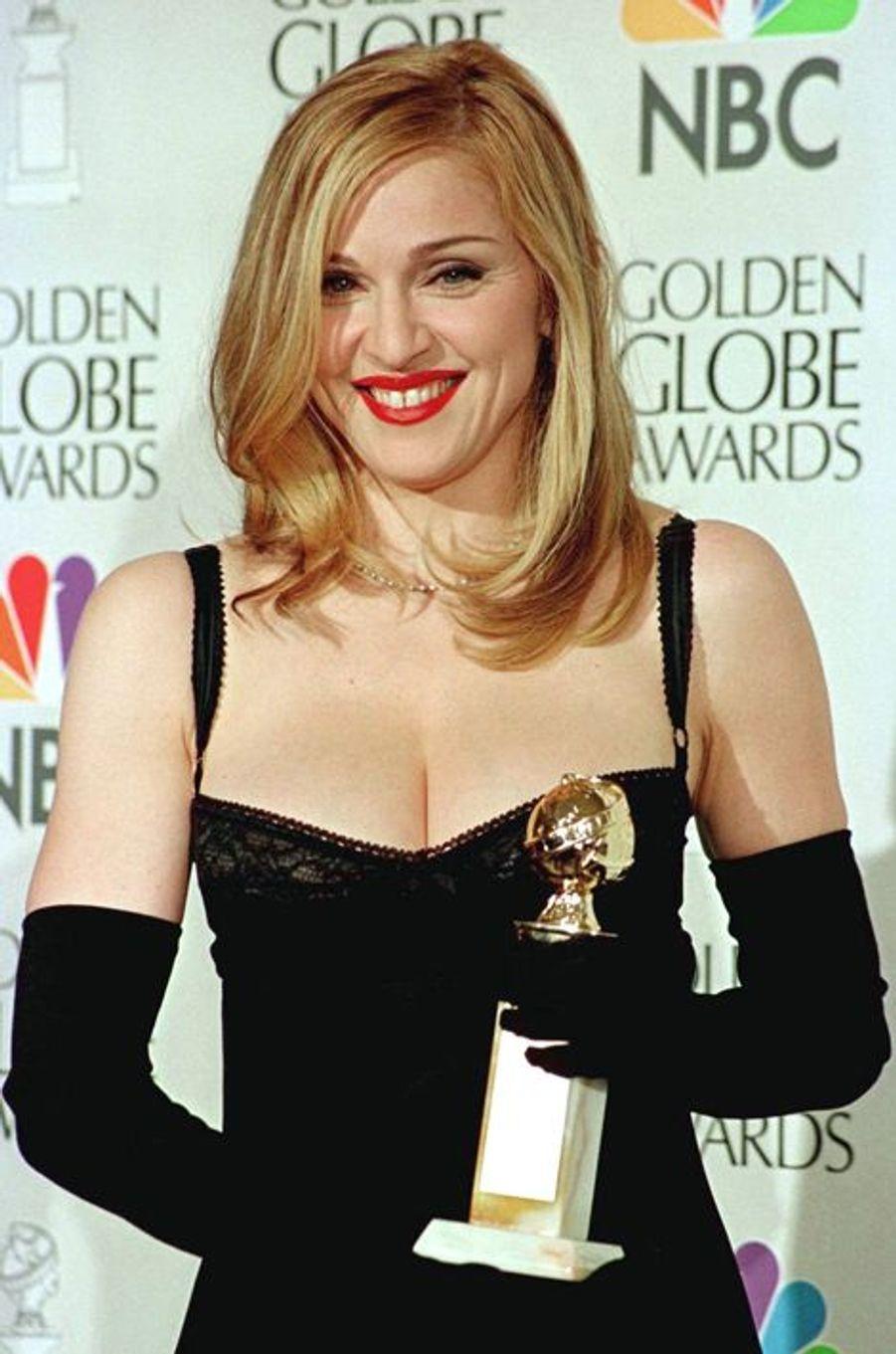 """Madonna, avec son Golden Globe pour son rôle dans """"Evita"""", le 19 janvier 1997"""
