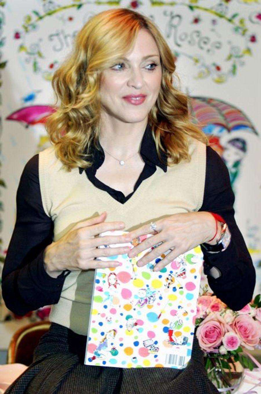 Madonna présente son premier livre pour enfants, le 29 septembre 2003