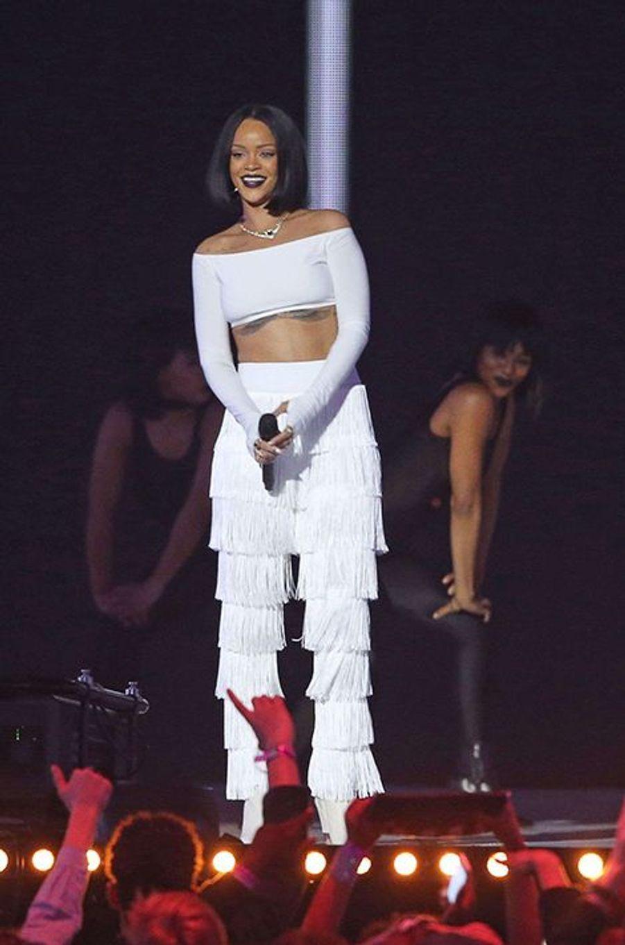 """Avec Drake, sur son dernier titre """"Work"""", Rihanna met le feu à l'O2 Arena"""