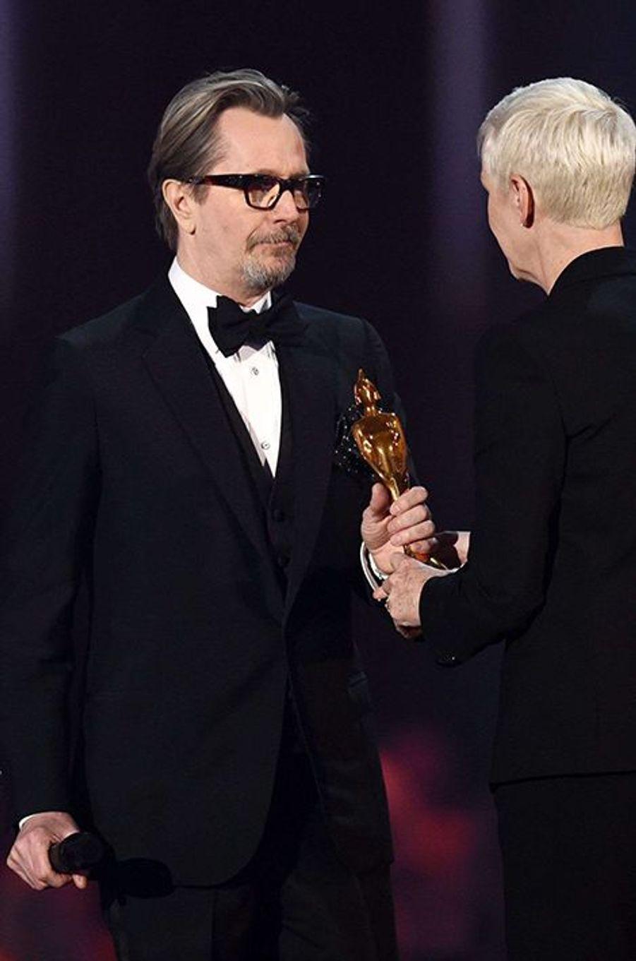 Gary Oldman récupére le prix de l'icône britannique remis à titre posthume