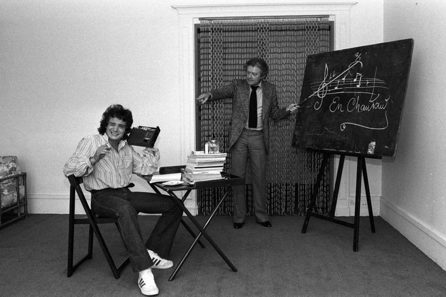 """Michel découvre la partition d'un nouveau tube... """"En chantant"""" ! (septembre 1978)"""