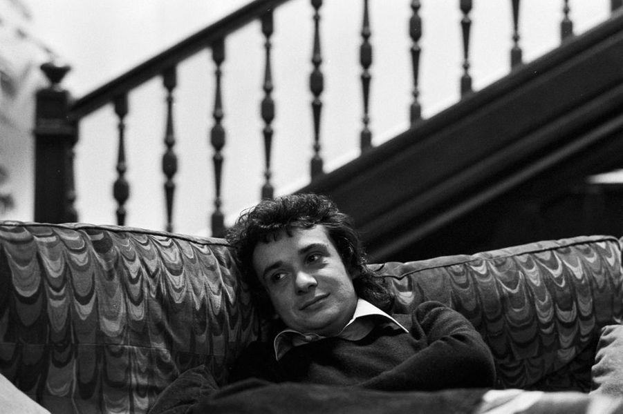 Michel Sardou assis sur son canapé, 28 février 1977