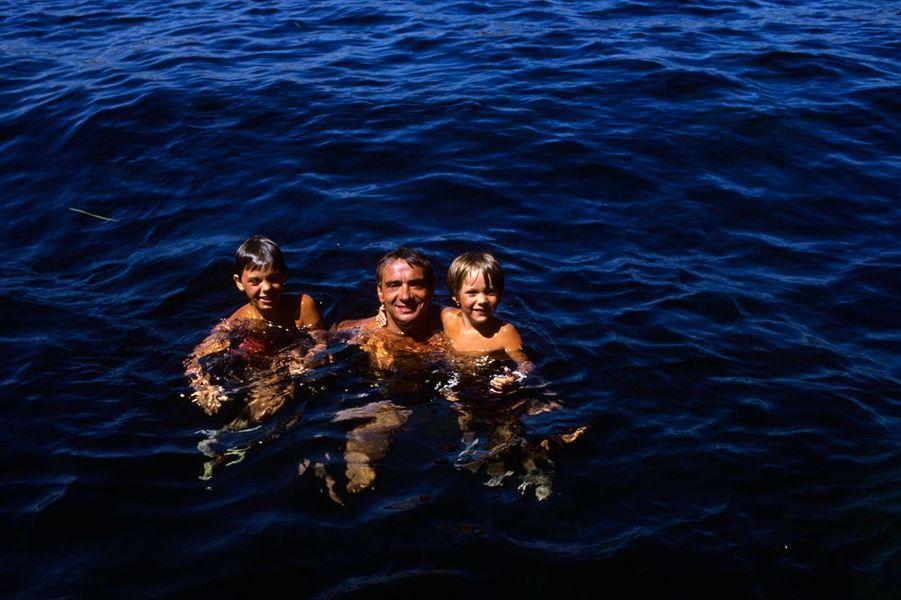 Michel Sardou avec ses enfants en vacances à Monte-Carlo, en août 1984