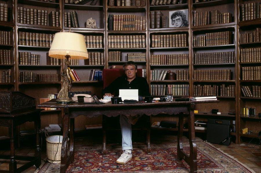 Michel Sardou dans son bureau, en août 1987