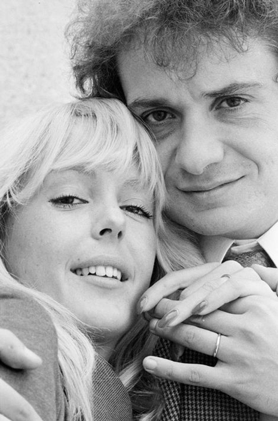 Michel Sardou et Babette dans un hôtel particulier de Neuilly-sur-Seine à l'occasion de leur futur mariage, 4 octobre 1977