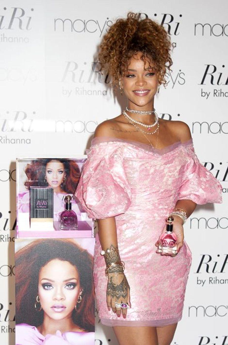 """Rihanna, en rose bonbon pour la promotion de son parfum """"RiRi"""" à New York"""