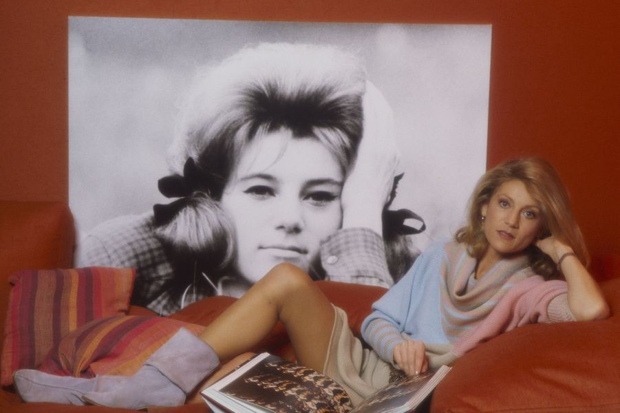 Allongée sur un canapé, l'iconique chanteuse prend la pose. Ici en 1982