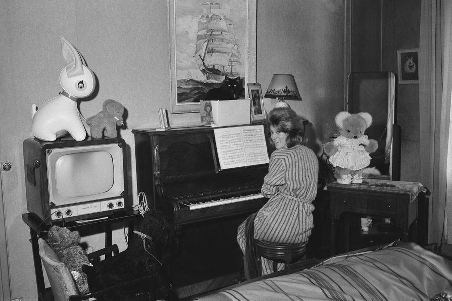 Au piano, dans le salon de son appartement situé à la Porte d'Italie, où elle habitait avec ses parents. Elle était âgé d'à peine 18 ans