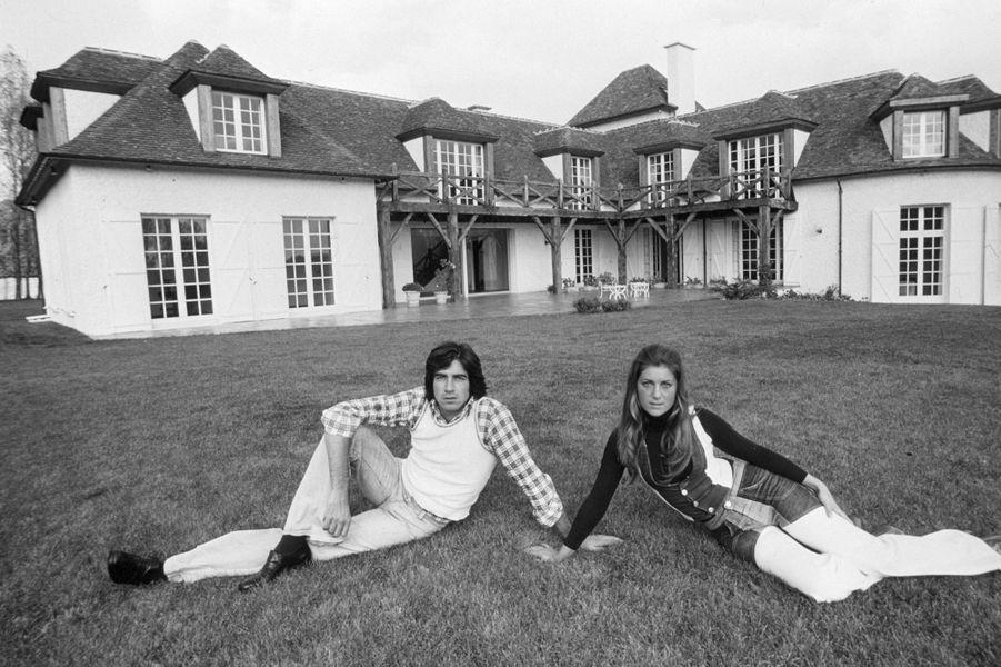 Avec Ringo en septembre 1973. Le couple pose devant sa maison, à Feucherolles