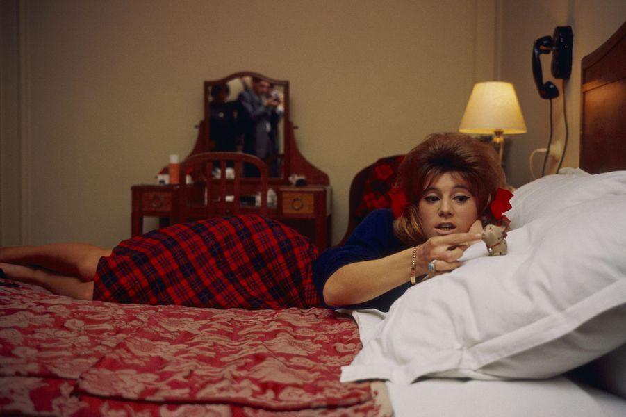 Dans la chambre de son hôtel, Sheila prend la pose pour Paris Match. Ici en 1963