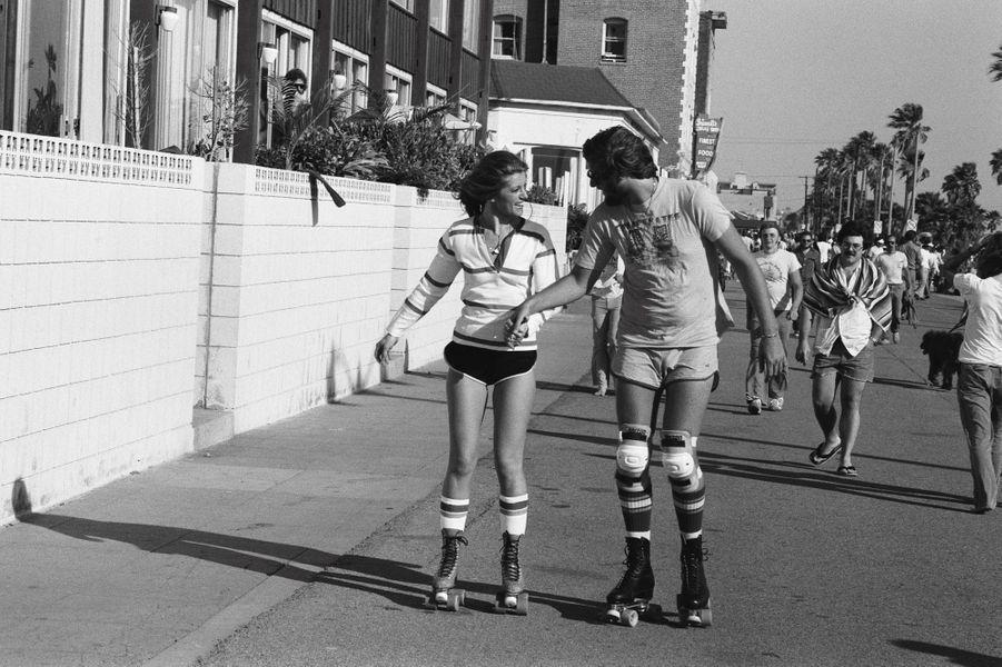 Dans les rues de Los Angeles, la chanteuse s'adonne au patin à roulettes, l'une de ses activités fétiches. Ici en 1978