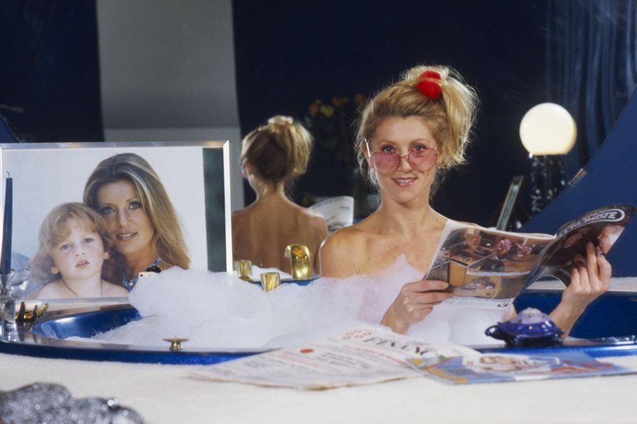 Dans sa propriété de Neuilly, la star prend la pose dans son bain. Ici en 1982