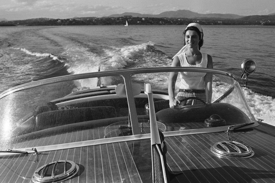 Lors d'une journée en mer aux commandes de son bateau en 1965