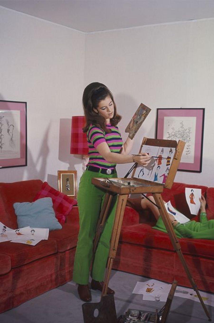 Séance de peinture dans le salon de son appartement de la Porte d'Italie, à Paris, en 1967