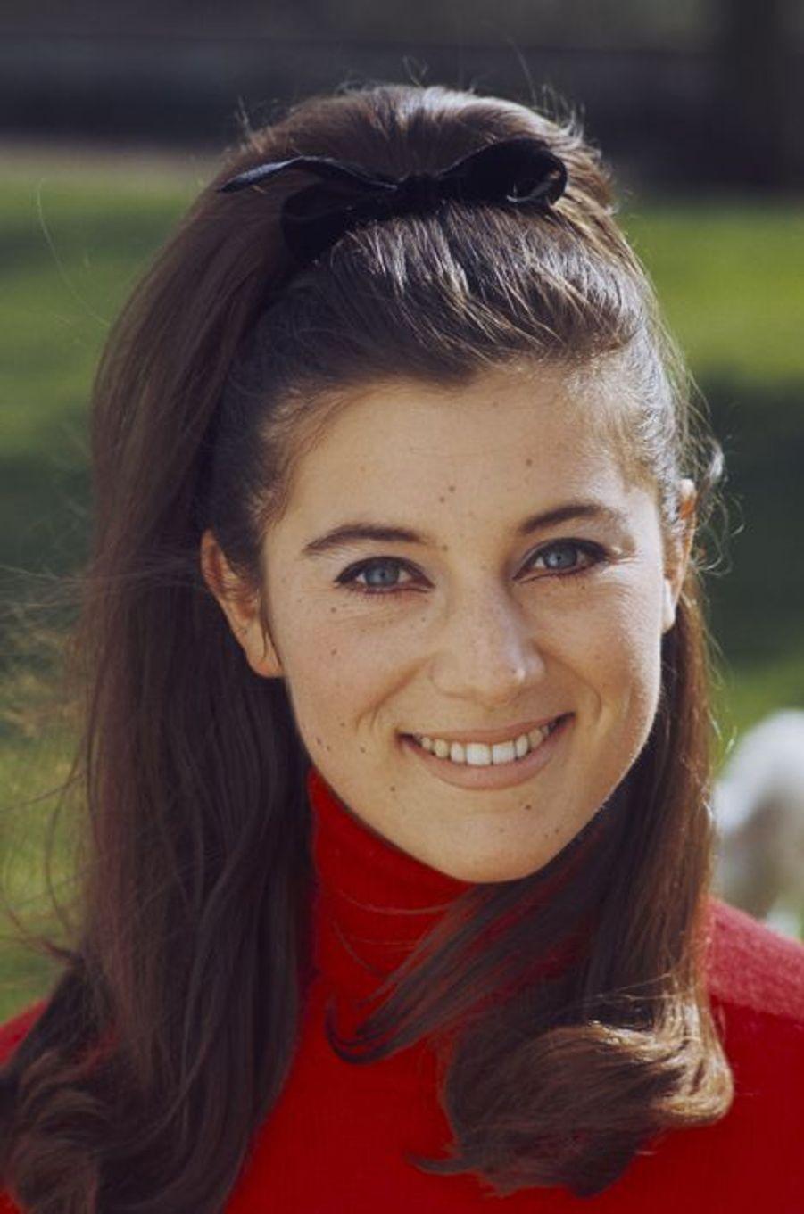 Sheila prend la pose pour Paris Match, en 1967