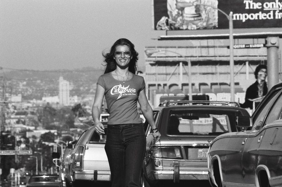 Souriante, Sheila prend la pose sur le légendaire Sunset Boulevard, à Hollywood en 1978