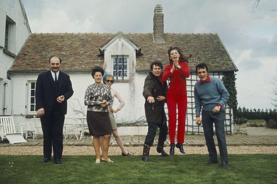 Vêtue de rouge, Sheila joue à la pétanque dans le jardin de la maison de Claude Carrère, entourée des siens. Ici en 1967
