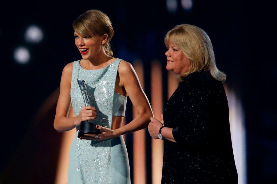 Taylor Swift reçoit son trophée des mains de sa mère