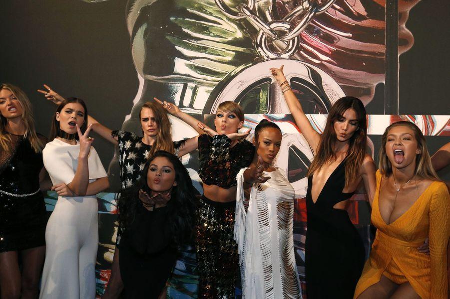 """Taylor avec ses amies, présentes dans """"Bad Blood"""", dont Cara Delevingne, Selena Gomez ou encore Hailee Steinfeld..."""
