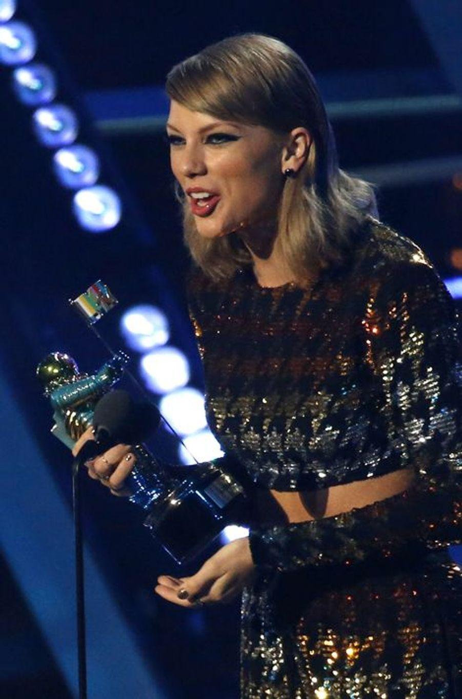 """Taylor Swift reçoit le VMA du Meilleur clip pour une artiste féminine pour """"Blank Space"""""""