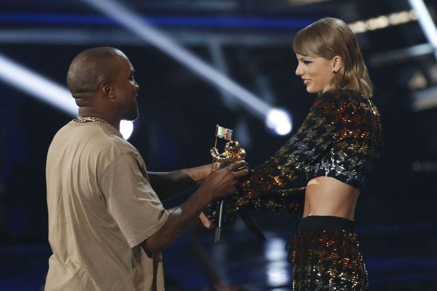 Taylor Swift remet le Vanguard Award à Kanye West pour l'ensemble de sa carrière