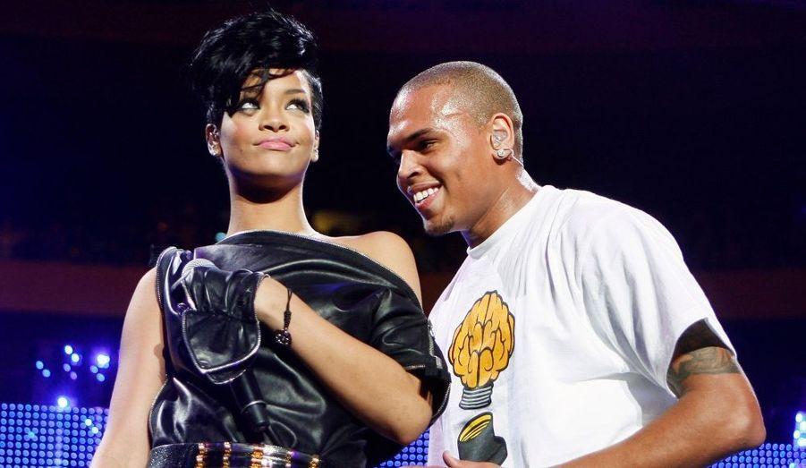 Ils forment le couple en vogue du monde de la musique, mais selon le Los Angeles Times, le drame vient de succéder à l'idylle. La star du R'n'B Rihanna aurait été agressée par Chris Brown, son compagnon. Le chanteur de R'n'B de 19 ans, qui s'est livré à la police dimanche soir, était recherché par la police après une plainte déposée tôt le matin pour agression. Une femme aurait affirmé avoir été battue par Chris Brown après une dispute. Citant des sources proches de l'enquête, le quotidien de Los Angeles affirme que la victime n'est autre que la chanteuse Rihanna. Cela expliquerait son absence étonnante lors de la cérémonie des Grammy Awards dimanche. Selon les informations données par la police, la plaignante, qui souffrait de blessures apparentes, aurait désigné Chris Brown comme son agresseur et rapporté des menaces de mort. Le chanteur a été libéré dimanche dans la soirée contre une caution de 50000 dollars.