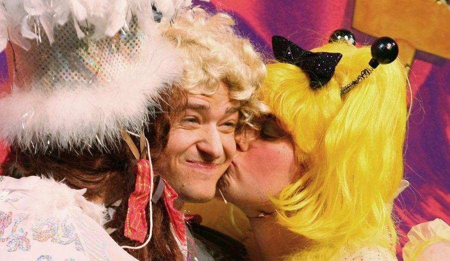 """Justin Timberlake a été élu homme de l'année, par le Hasty Pudding Theatricals de l'Université d' Harvard. Établi dans la prestigieuse université de Cambridge dans le Massachusetts, le Hasty Pudding Theatricals est la plus ancienne société estudiantine de théâtre des États-Unis. Réputée pour son goût du burlesque, """"The Pudding"""" décerne chaque année, dans une ambiance décalée, le prix de la femme et de l'homme de l'année à des comédiens. La semaine dernière, Anne Hathaway a remporté le prix féminin."""