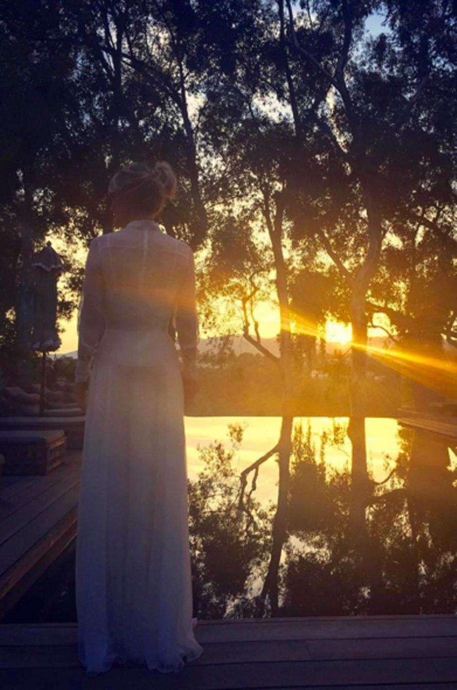 Laeticia Hallyday devant le coucher de soleil