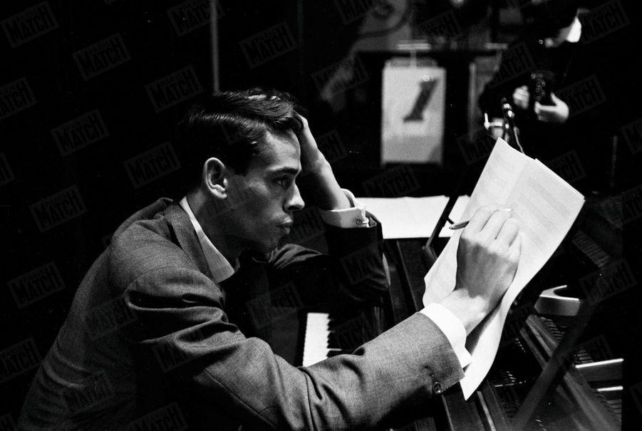 Dernières mises au point pour Jacques Brel, qui va se produire sur la scène de l'Olympia, le 10 octobre 1961.