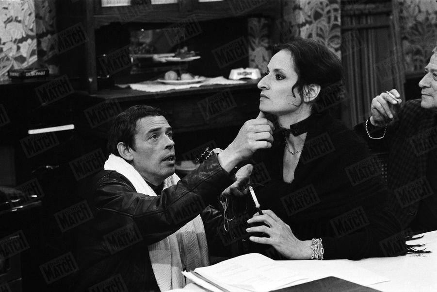 """Jacques Brel dirige Barbara, qui fait ses débuts à l'écran, dans """"les moules"""" , le 1er film réalisé par le chanteur, en juin 1971."""