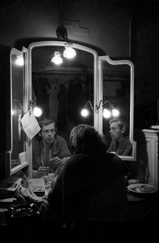 """Jacques Brel se maquillant dans sa loge, avant de monter sur scène jouer Don Quichotte dans la comédie musicale """"L'homme de la Mancha"""" au théâtre royal de la Monnaie à Bruxelles , en octobre 1968."""