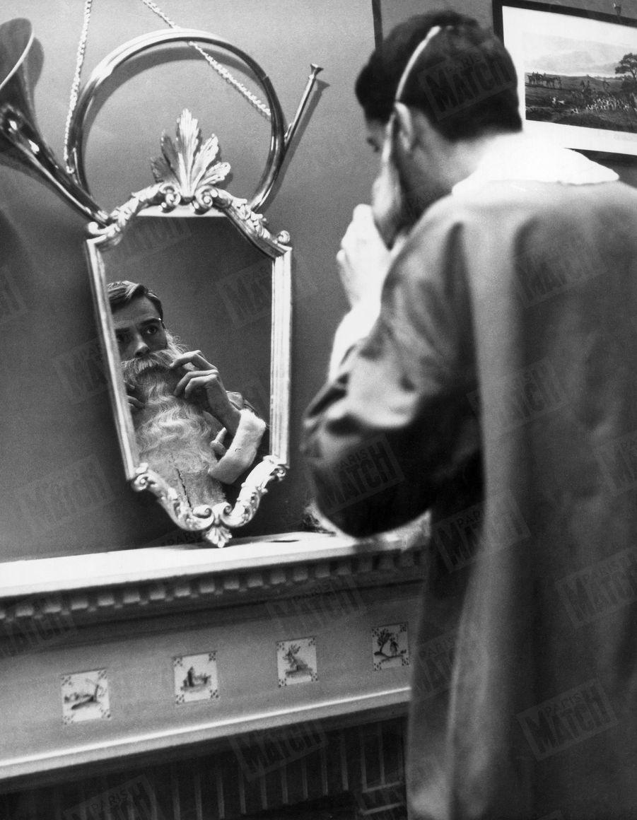 Jacques Brel se déguise en père Noel alors qu'il passe, pour la 1ère fois depuis 10 ans, les fêtes en famille avec sa femme Michèle et leurs 3 enfants, en 1963.