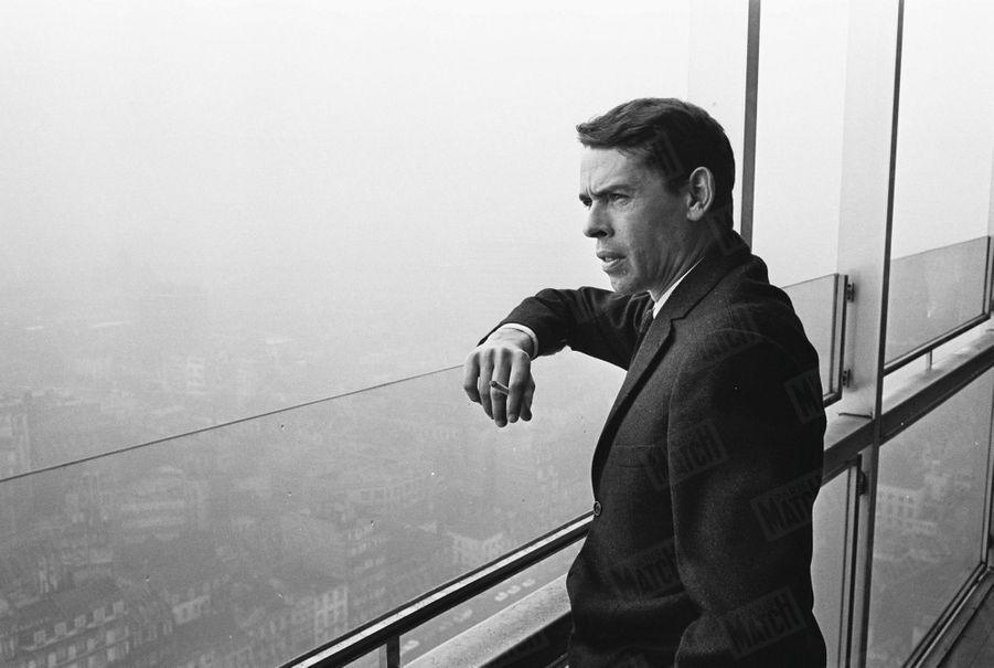 Jacques Brel contemple Bruxelles depuis la Tour Martini, en décembre 1963.