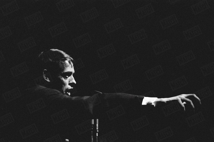 Jacques Brel sur scène, le 1er mars 1963