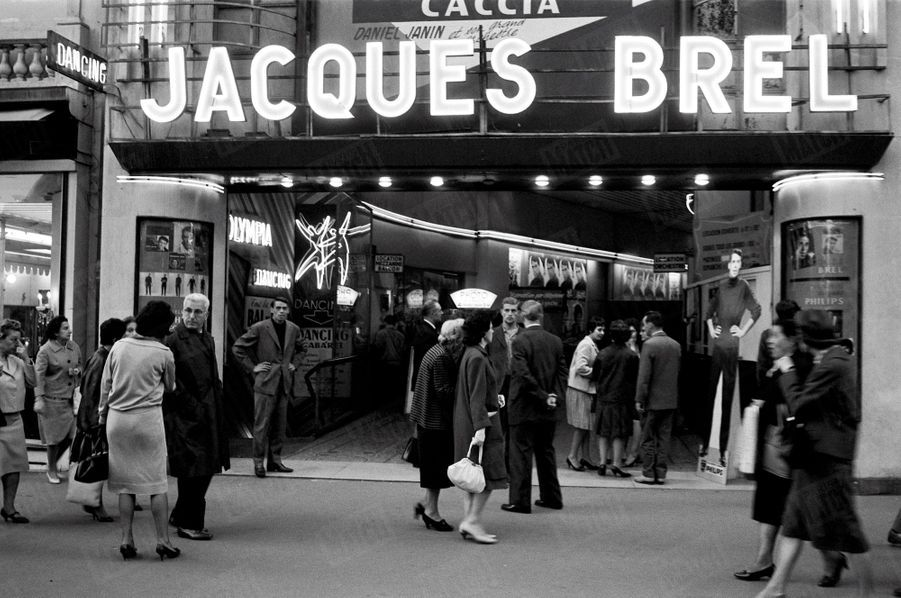 Jacques Brel pose devant l'Olympia où il se produit, en octobre 1961.