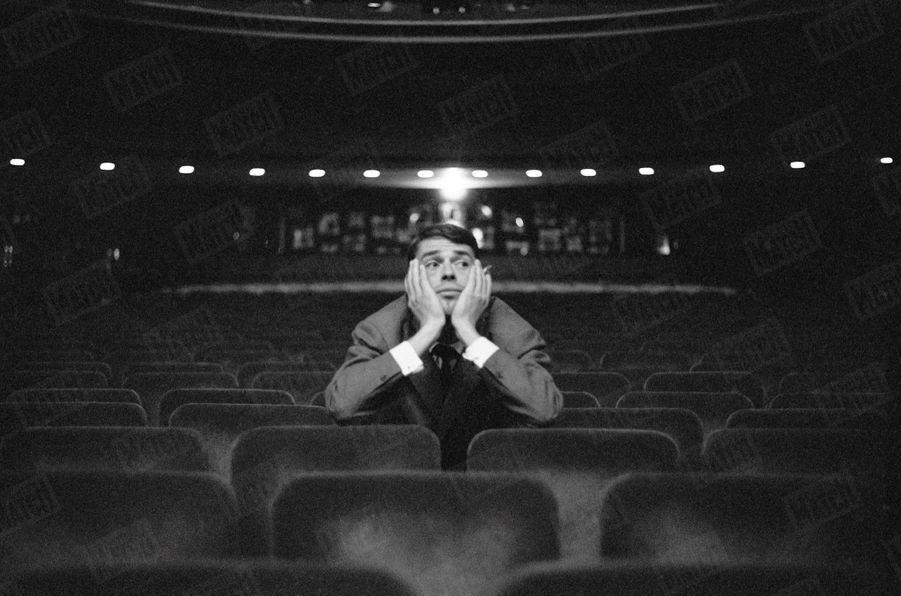 Jacques Brel cale les derniers détails de son récital à l'Olympia, le 10 octobre 1961.