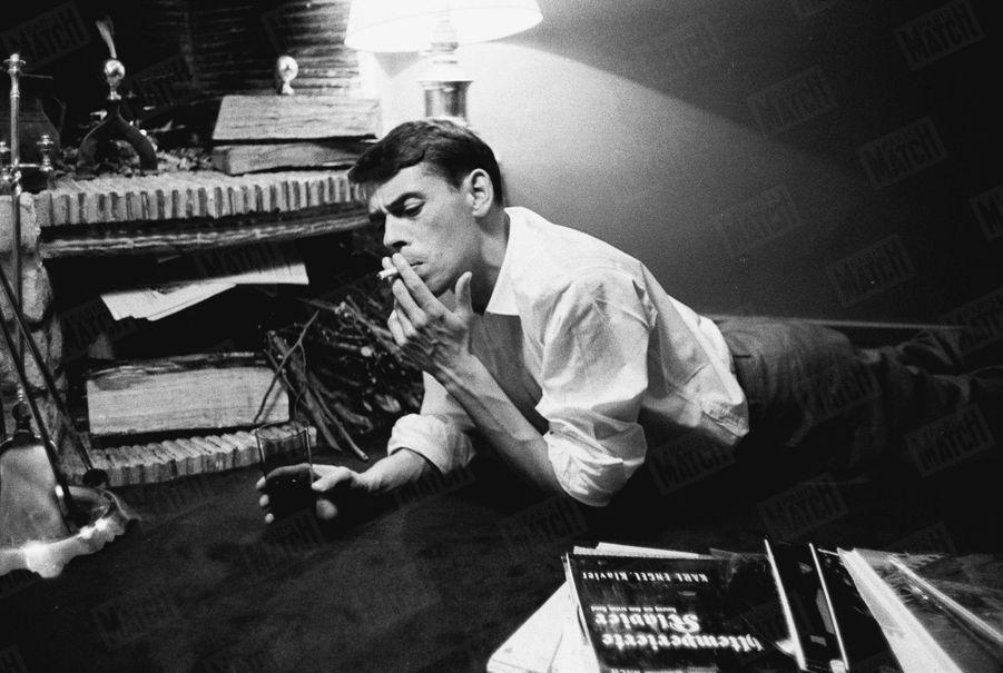 Jacques Brel se détend chez lui avant son récital à l'Olympia, le 10 octobre 1961.