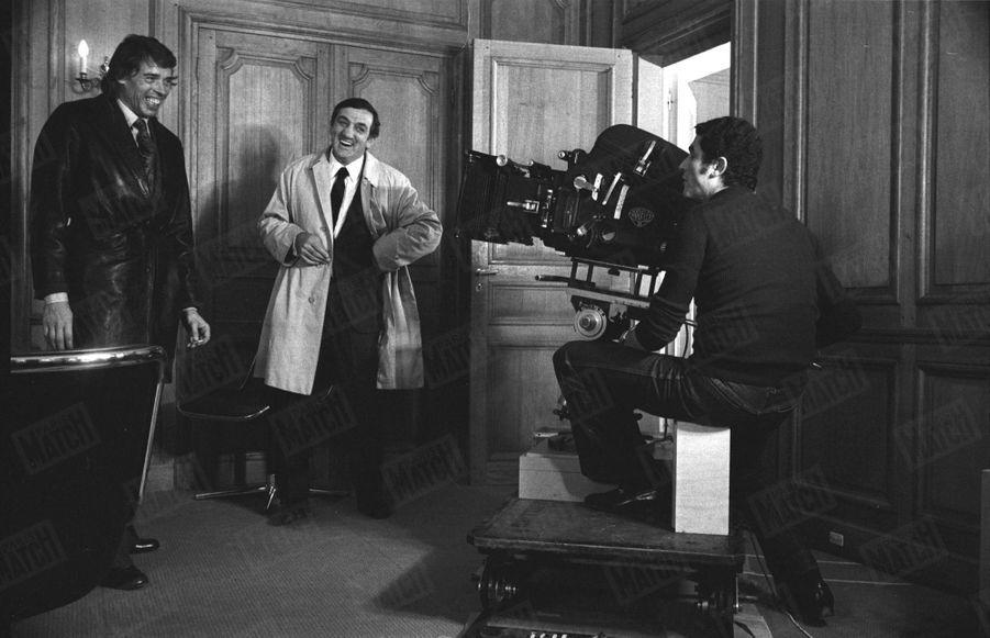 """Jacques Brel sur le tournage du film """"L'Aventure, c'est l'aventure"""", avec Lino Ventura devant la caméra de Claude Lelouch, en janvier 1972."""
