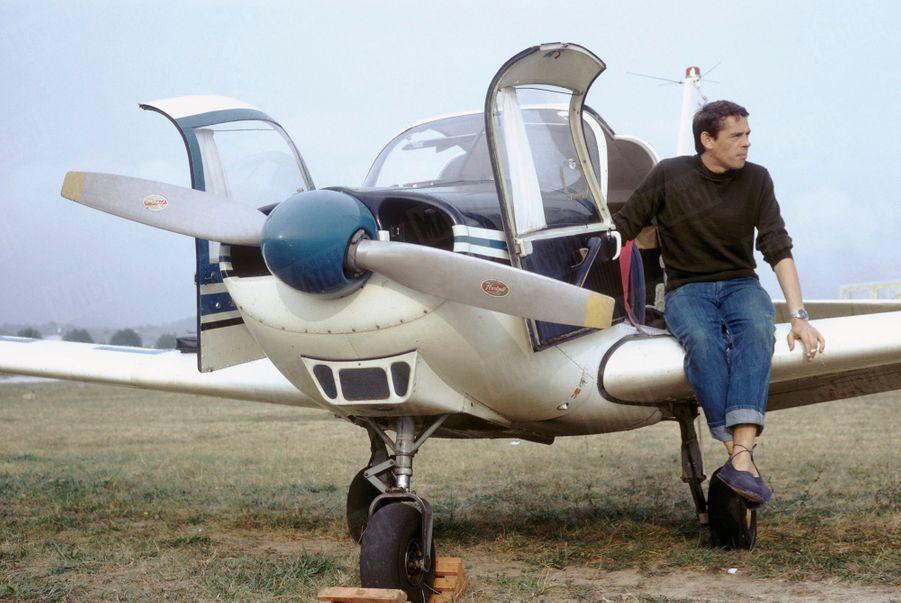 Jacques Brel, détendu, sur son petit avion, lors de vacances en solitaire au Liban, en septembre 1966.