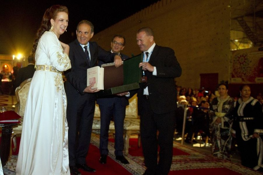 Lalla Salma reçoit des mains du président de la Fondation Esprit de Fès, Abderrafih Zouitene, les oeuvres de Léon l'Africain. Derrière, le mi...