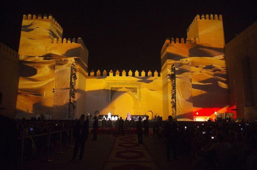 Son et lumière sur les murs de la monumentale porte Bab Al-Makina.
